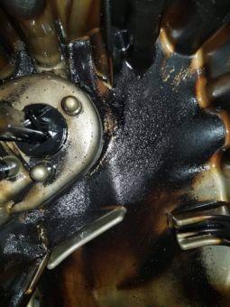 Běžný stav olejové vany motoru